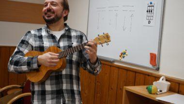 Hra na ukulele